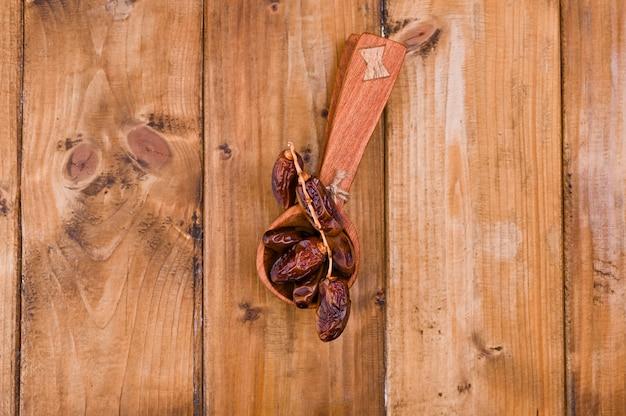 Dates juteuses sur une table en bois. fruits secs pour une alimentation saine. espace copie