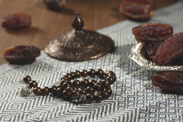 Dates sur plaque d'argent et perles