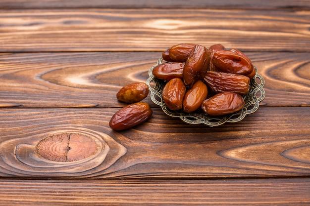Dates sèches sur soucoupe