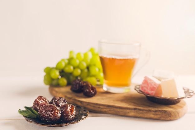 Dates sur soucoupe avec raisins de thé et délice turc