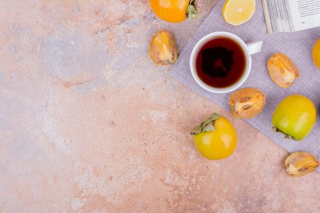 Datez les prunes avec une tasse de thé.