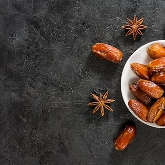 Dattes fruits sur assiette avec anis