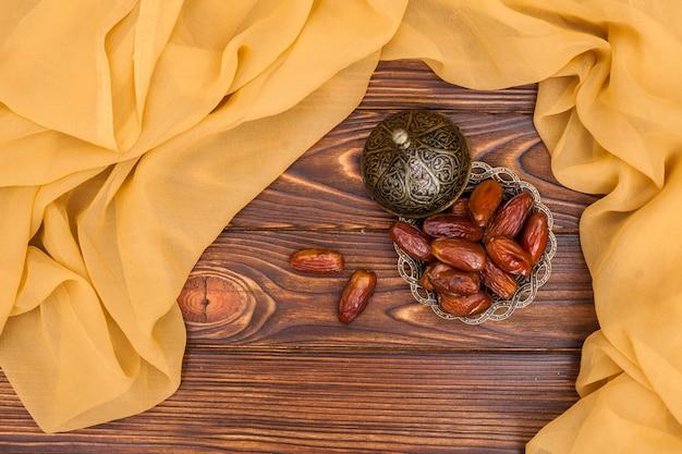 Dattes fruits sur une petite assiette métallique