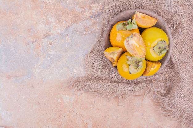 Dattes prune jaune dans une tasse en bois