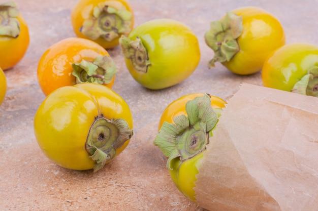 Dattes prune jaune sur une surface en marbre rose