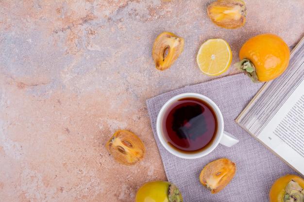 Dattes prunes et citrons avec une tasse de thé.