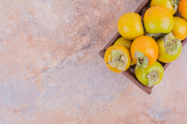 Dattes prunes isolées dans un plateau en bois