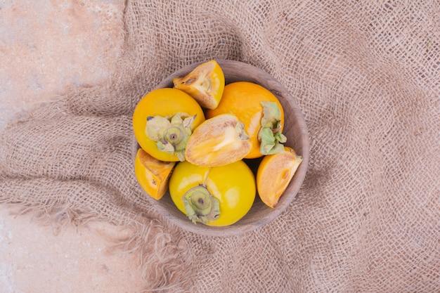 Dattes prunes isolées dans une tasse en bois