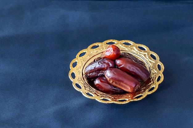 Dattes séchées biologiques sur bol doré