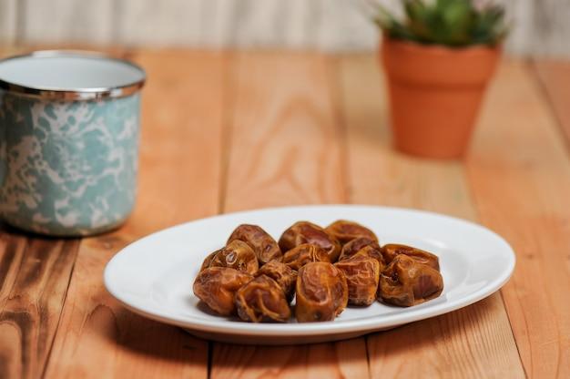 Les Dattes Sont Un Fruit Que Les Musulmans Mangent Pendant Le Ramadan Pour Rompre Leur Jeûne Photo Premium
