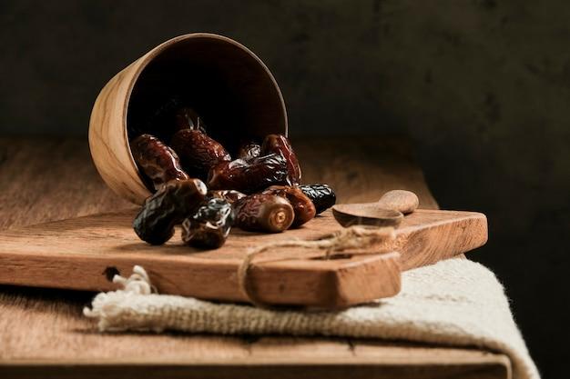 Les dattes sont servies sur une table en bois. fruit typique du moyen-orient, généralement consommé lors de la rupture du jeûne