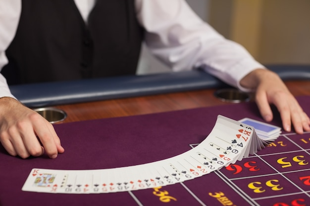 Dealer distribuant des cartes à la table de roulette