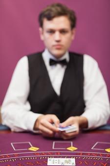 Dealer sur le point de faire face au jeu de poker