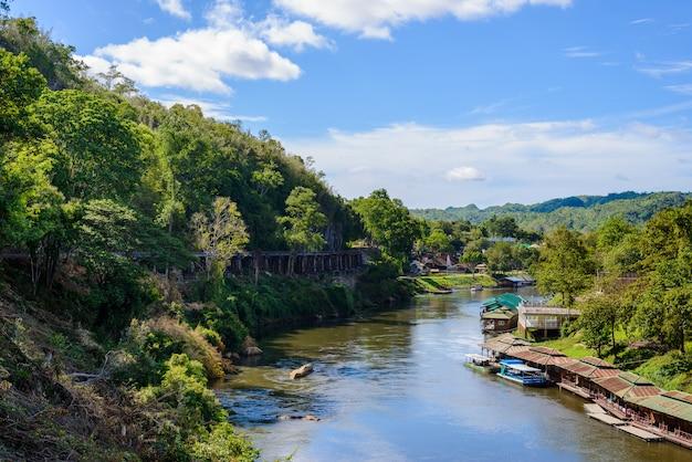 Death railway bridge sur la rivière kwai noi dans la grotte de krasae