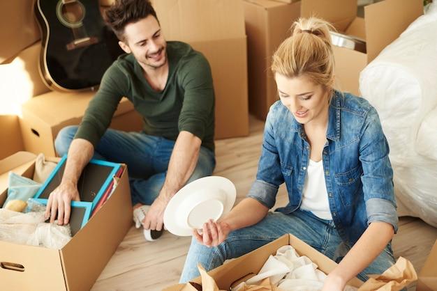 Déballage des affaires des cartons de déménagement