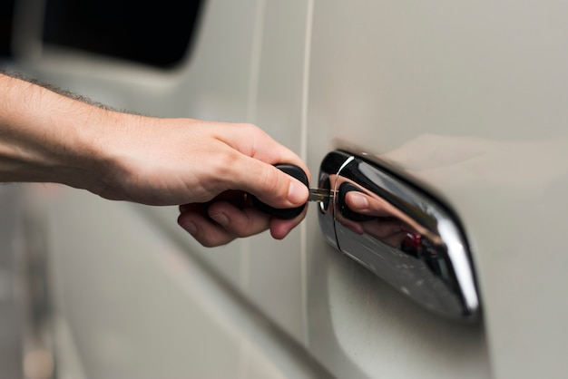 Débloquer une porte de voiture avec une clé
