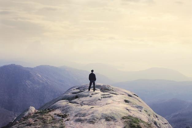 Debout au sommet de la montagne