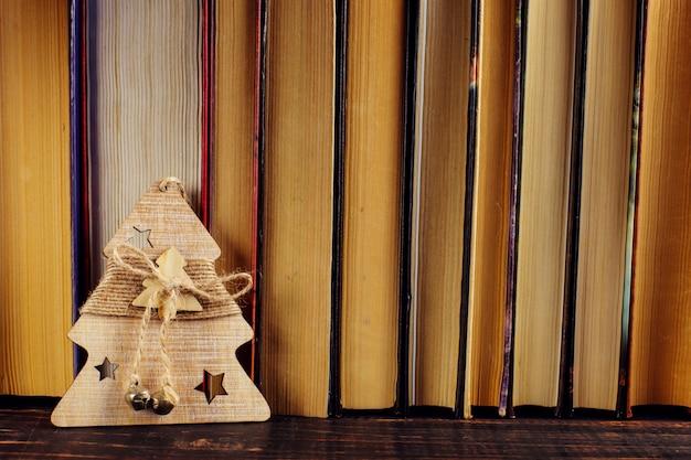 Debout sur la bibliothèque, décoration de sapin de noël.