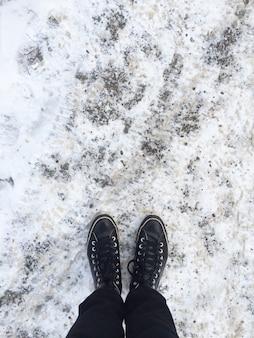 Debout dehors sur la glace