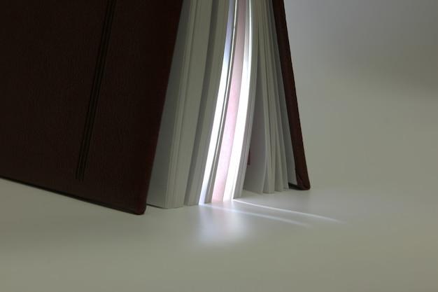 Debout entrouverte à la fin du livre avec le produit de sa lumière