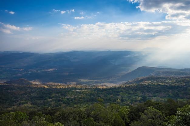 Debout vide au sommet d'une vue sur la montagne.