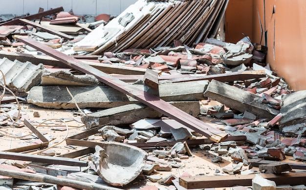 Débris de bois et de tuiles