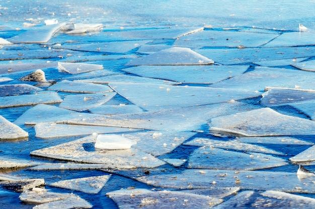 Débris de glace sur la rivière au printemps