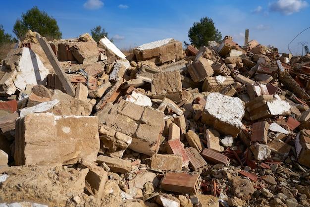 Débris de maison de briques détruite