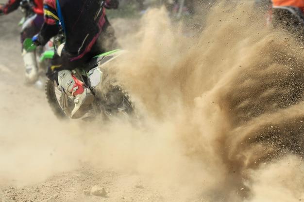 Débris de sable d'une course de motocross