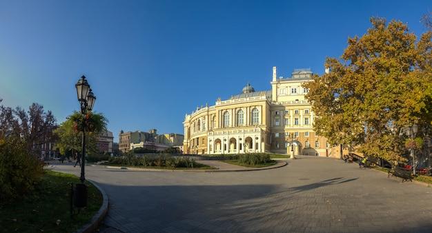 Début d'automne sur le boulevard d'odessa au bord de la mer en ukraine