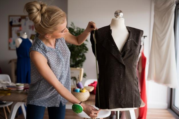 Début de la haute couture en petit atelier