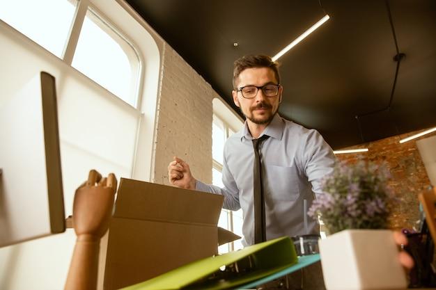 Début. un jeune homme d'affaires se déplaçant au bureau