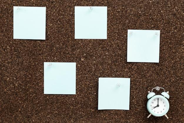 Début de la journée de travail des indépendants. notes autocollantes pour l'enregistrement des plans et des résultats.