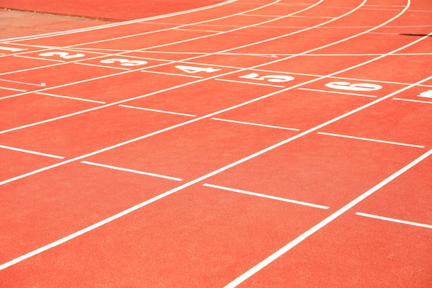 Début de la piste d'athlétisme rouge avec des chiffres. concept sportif