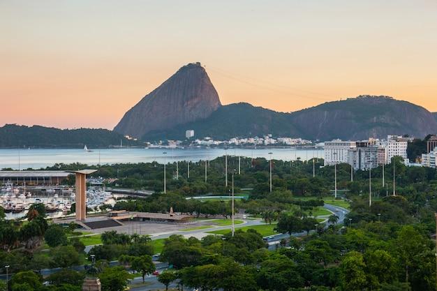 Décharge flamande au coucher du soleil, pain de sucre et baie de guanabara à rio de janeiro au brésil.