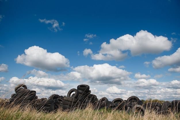 Décharge industrielle pour le traitement des pneus usagés et des pneus en caoutchouc. pile de vieux pneus et roues pour le recyclage du caoutchouc