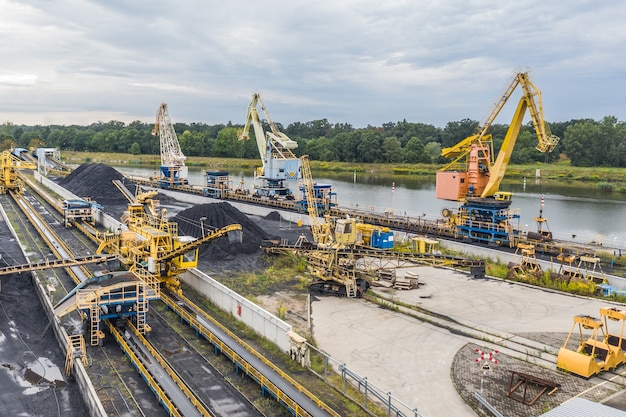 Le déchargement du charbon dans une centrale électrique, de nombreuses grues