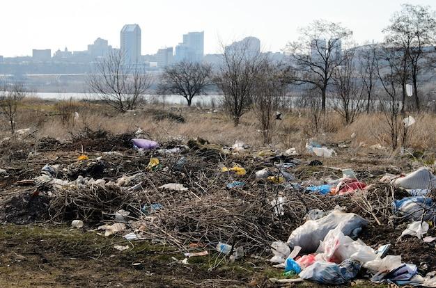 Décharger. pollution environnementale.