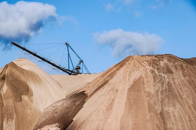 Décharges de sel. des tas. déchets provenant de la production d'engrais potassiques. biélorussie. salihorsk. 2020