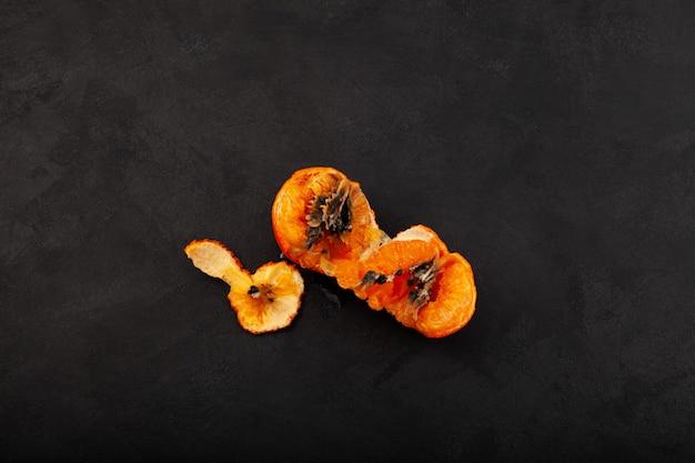 Déchets alimentaires organiques mandarine mandarine à moitié pourrie avec mildiou