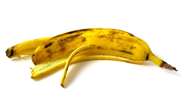 Déchets alimentaires, peau de banane isolé sur fond blanc.