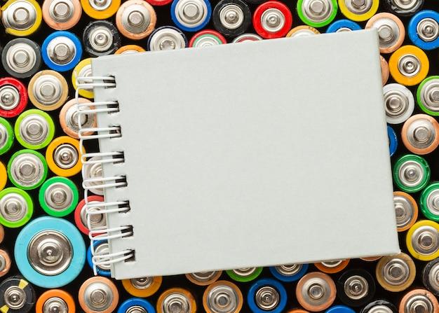 Déchets dangereux pour les piles de la nature copy space
