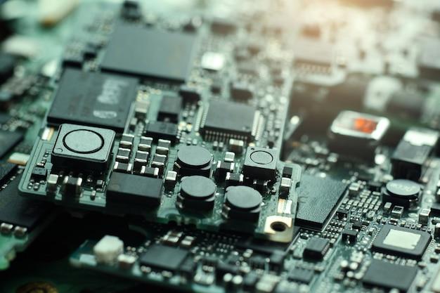 Déchets électroniques, semi-conducteur dans la carte de circuit imprimé, fond de technologie.