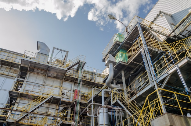 Déchets industriels et ciel bleu