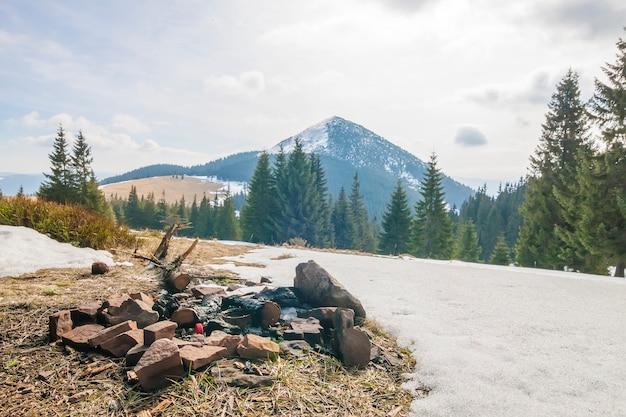 Déchets laissés sur le terrain dans les montagnes
