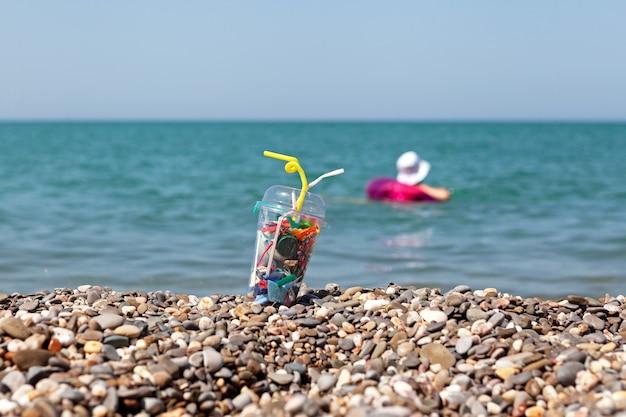 Déchets en plastique jetables sur la plage concept pollution de l'environnement par les déchets ménagers