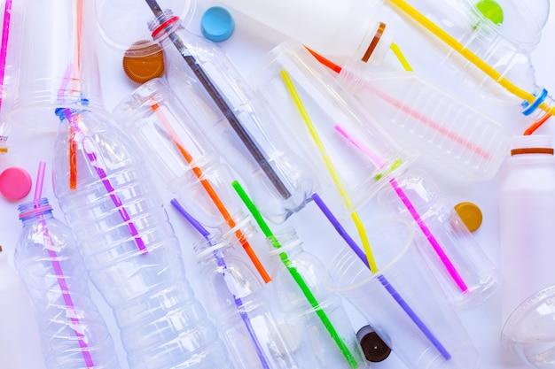 Déchets de plastique pollution, bouteilles en plastique, tasses, pailles à recycler