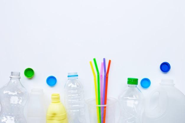 Déchets plastiques sur blanc.