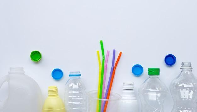 Déchets plastiques sur surface blanche