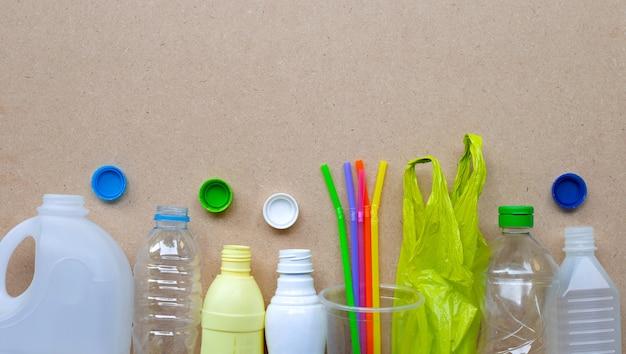 Déchets plastiques sur surface en bois